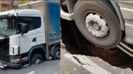 Enorme voragine a Roma: camion resta in bilico