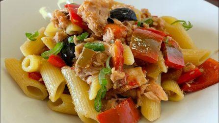 Penne con peperoni, tonno e olive: il primo piatto appetitoso e veloce