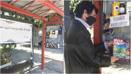 """Trasforma la fermata del bus in una """"dispensa solidale"""" per i bisognosi: il grande cuore di Marcello"""