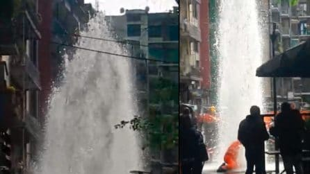 Milano, scoppia tubatura: getto d'acqua si alza altissimo