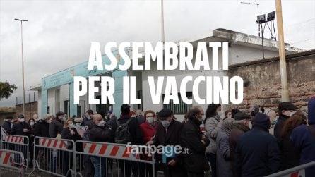 """Vaccini senza prenotazione, a Catania lunghe code e litigi: """"Se non avevo il Covid, l'ho preso oggi"""""""