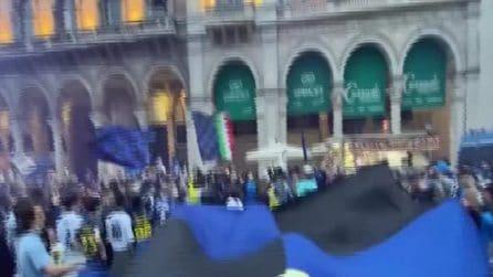 Scudetto Inter, tifosi in delirio per Zanetti in piazza Duomo