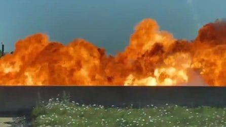 Esplode un'auto in autostrada: la palla di fuoco è spaventosa