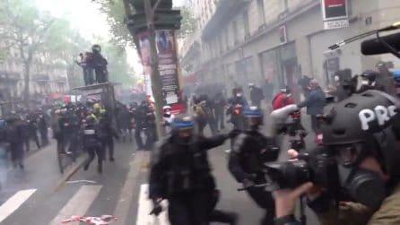 Parigi, scontri tra migliaia di manifestanti e la polizia
