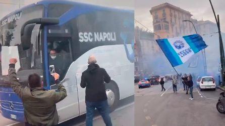 Pullman del Napoli si ferma durante il tragitto allo stadio: i tifosi salutano la squadra