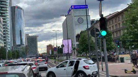 La festa dei tifosi dell'Inter: strade bloccate e clacson che suonano all'impazzata