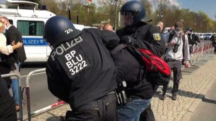 Covid, arresti e scontri a Berlino contro le nuove restrizioni