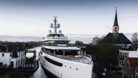 Superyacht di 94 metri: le manovre difficili e spettacolari nei canali olandesi