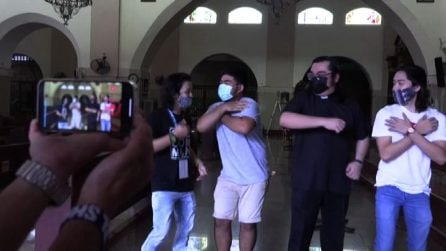 Filippine, i preti ballano su TikTok per avvicinare i giovani