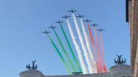 """""""Buona Festa della Liberazione"""", le Frecce Tricolori dipingono il cielo azzurro di Roma"""