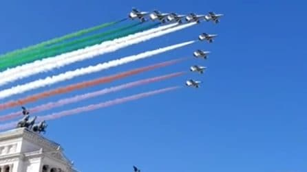 Lo spettacolo delle Frecce Tricolori per la Festa delle Liberazione: il cielo diventa tricolore