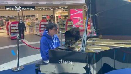 Ultimo non resiste: si avvicina al pianoforte di Fiumicino per cantare e suonare