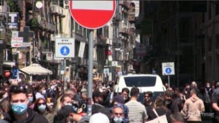 Napoli, vigilia di zona gialla: folla sul lungomare e nelle vie del passeggio