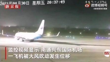 Cina, la tempesta si abbatte anche sull'aeroporto: aerei spostati dal vento
