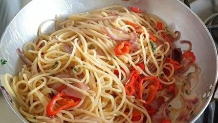 Spaghetti cipolle e peperoni: il primo piatto veloce e squisito