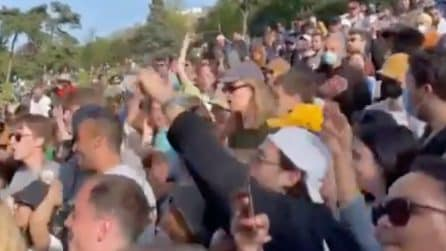 Parigi, centinaia di ragazzi organizzano un party techno in un parco senza alcun distanziamento