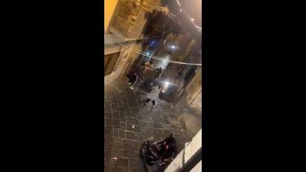 """""""È un ladro"""": uomo trascinato in strada e picchiato in strada"""