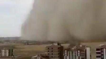 La tempesta di sabbia si abbatte sulla città: uno scenario apocalittico