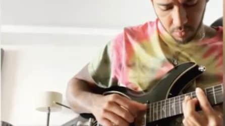Lewis Hamilton suona la chitarra che gli regalò David Bowie