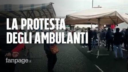 """Roma, la protesta degli ambulanti contro la Raggi: """"Vogliamo solo lavorare"""""""