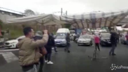 I venditori ambulanti bloccano il traffico sul Grande Raccordo Anulare a Roma.