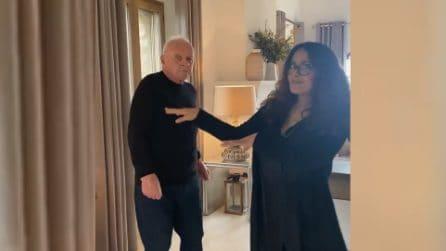 Anthony Hopkins balla con Salma Hayek dopo la vittoria del premio Oscar