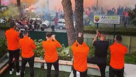 I tifosi della Roma salutano i calciatori giallorossi prima di Manchester: nessun distanziamento