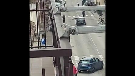 Grinzane Cavour, minacce a moglie e figlia poi i colpi esplosi: gioielliere uccide due rapinatori