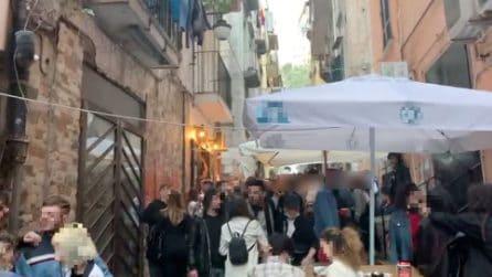 Ai Quartieri Spagnoli centinaia di giovani assembrati senza mascherina ai bar