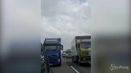 Milano, camion dei giostrai bloccano la tangenziale