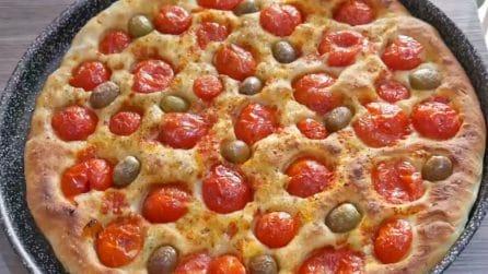 Focaccia pomodori e olive: la ricetta barese che conquista sempre tutti