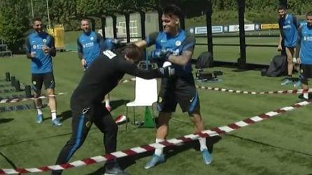 Conte e Lautaro fanno pace simulando un incontro di boxe