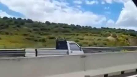 Cagliari, paura sulla superstrada: camioncino sfreccia contromano