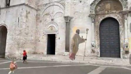 """Bari, San Nicola """"vola"""" all'esterno della Basilica: il primo Santo in realtà aumentata"""