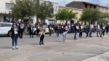 Tortolì, i compagni di scuola di Mirko sfilano per strada in suo onore