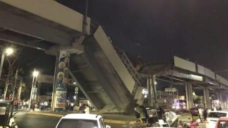 Crolla il ponte della metro: il momento in cui il treno precipita nel vuoto