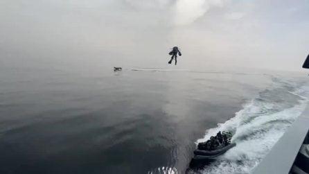 La tuta da Iron Man esiste: il pilota abborda una nave della marina militare