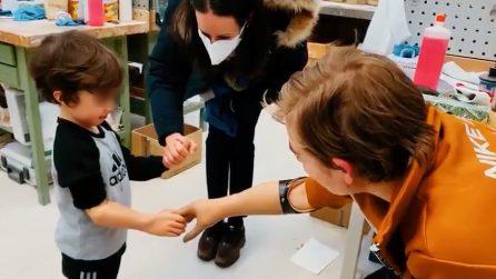Bebe Vio insiegna al piccolo Domenico come usare una protesi mioelettrica all'avambraccio