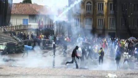 Colombia nel caos: le immagini dei violenti scontri