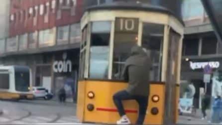 Milano, un uomo si aggrappa al tram e viaggia (gratis) in maniera pericolosa