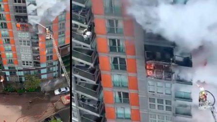 Londra, grosso incendio in un palazzo di 19 piani: 100 vigili del fuoco combattono contro le fiamme