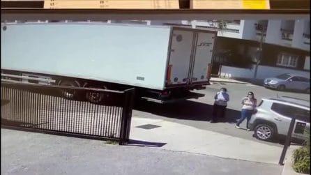 Lecce, fa retromarcia con il camion e investe una donna davanti al supermarket