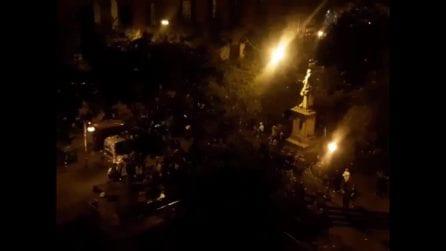 Cori e feste in piazza Bellini fino a notte nonostante le norme anti-Covid: centinaia in piazza