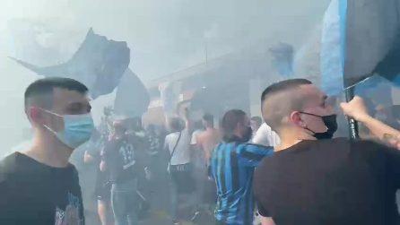 Arriva l'autobus dell'Inter: i tifosi in festa scavalcano le transenne per salutare i calciatori