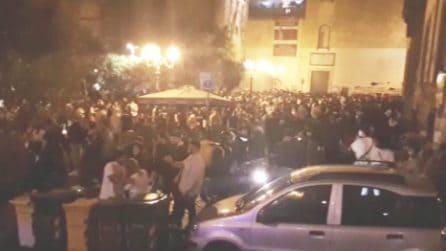 Napoli, in centinaia ammassati e senza mascherine: la movida in violazione delle norme anti Covid