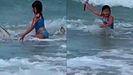 Bambina di 6 anni fugge a uno squalo: il momento filmato dalla madre