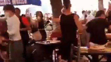 La Salernitana torna in Serie A: tifosi prendono a calci sedie e tavolini di un bar