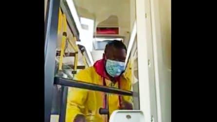 Napoli, il migrante che paga il viaggio con un euro ogni giorno all'autista del bus
