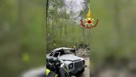 Toscana, minivan esce fuori strada e finisce in un dirupo: sei operai feriti