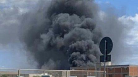 Maxi incendio a Cagliari: capannone industriale distrutto dalle fiamme